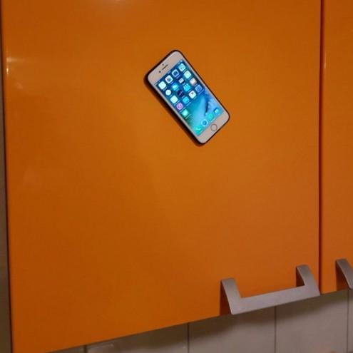 Etui za telefon, ki omogoča prostoročno uporabo na večini površin